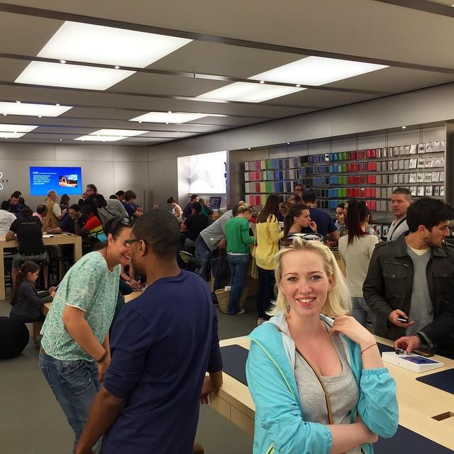 Apple Store напоминает кофейню — все пришли пообщаться
