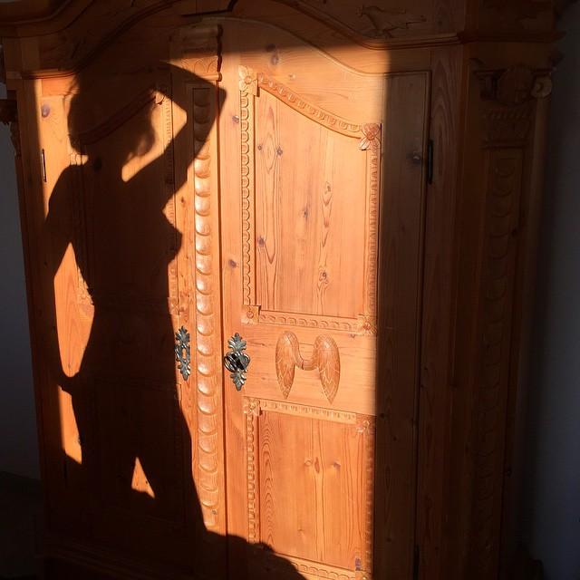 У нас в номере невероятной красоты резной шкаф из дерева