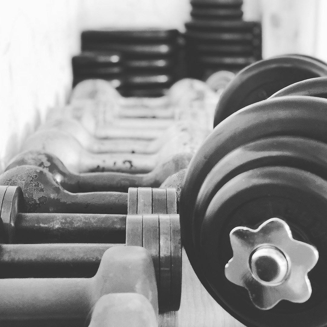 4 тренировка с найки. Сегодня впервые помимо собственного веса пригодились гантели и фитбол. 30 минут, чуть полегче, чем 45, зато в конце был вызов от Тайсона — пресс с боксированием!