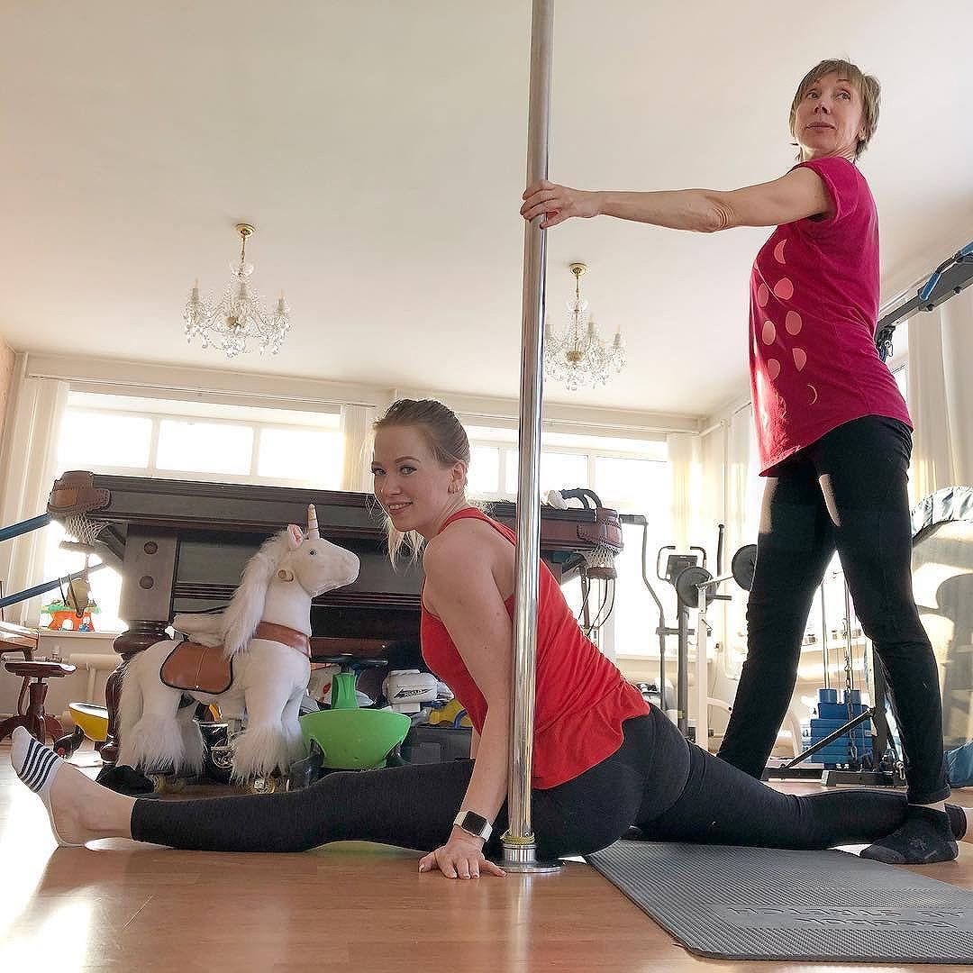8 тренировка из 32 по программе Nike Training Club. Скручивание + Работа мышц 2.0. Сегодня я был не один, а в компании жены, ее тренера и единорога :) #Тренировка