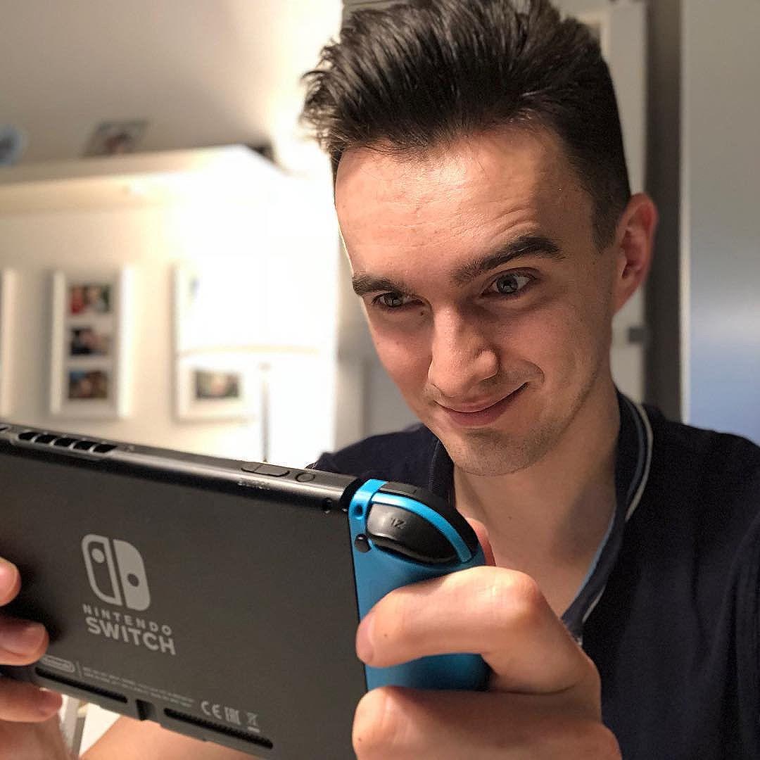 А Nintendo Switch неплохо затягивает! Роберту очень нравится наблюдать, как я управляюсь с главным героем Зельды, у нас теперь ежевечерний ритуал. Графика приятная, детская. Готовим с ним перченые блюда, чтобы не замерзнуть и бегаем от мультяшных монстров. Нинтендо не перестает удивлять. #Игры